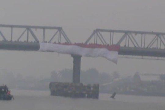 Pembentangan bendera raksasa di tengah sungai terpanjang di Indonesia