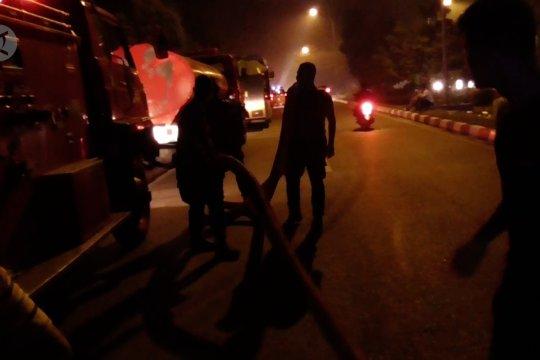 Petugas gabungan padamkan kebakaran di Hang Nadim