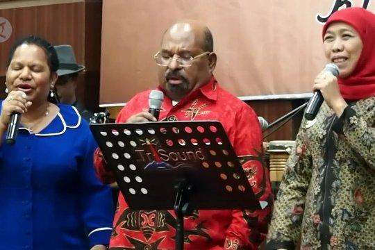 Gubernur Lukas dan Khofifah duet senandung Papua