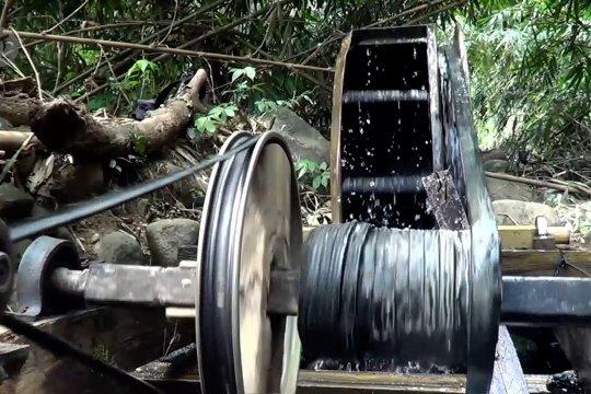 Menciptakan listrik dari derasnya aliran sungai Kracak