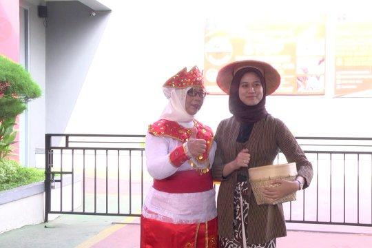 Pegawai lapas kenakan busana tradisional