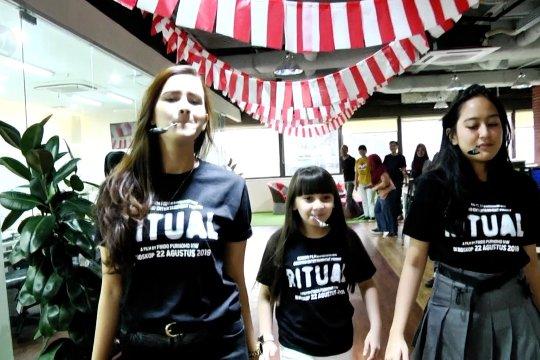 Pemain film Ritual ikut lomba makan kerupuk di ANTARA