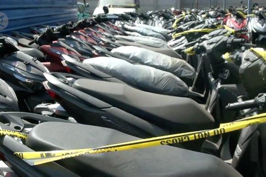 Polda Jabar tangkap 4 tersangka penggelapan kendaraan lintas negara