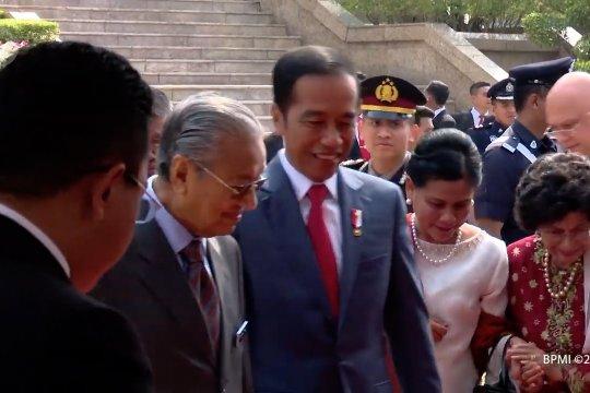 Presiden Jokowi disopiri langsung oleh PM Mahathir Mohammad