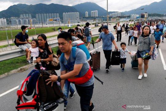 Pemrotes bergerombol di bandara Hong Kong untuk kacaukan perjalanan
