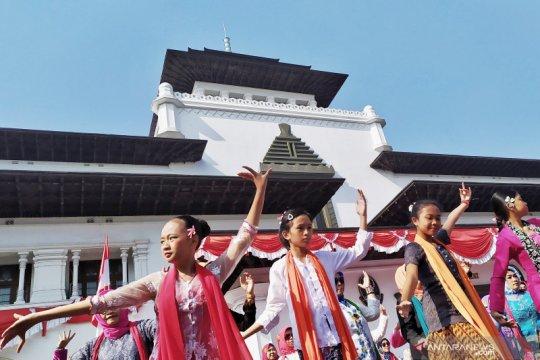 Galang cinta budaya, ratusan orang menari Ketuk Tilu di Gedung Sate
