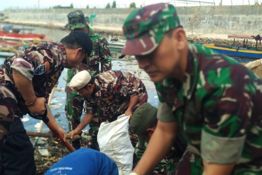 TNI dan Pramuka lakukan aksi bersih pantai peringati Tahun Baru Islam
