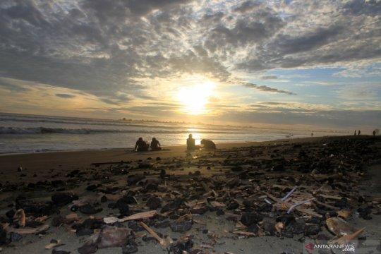 Limbah batu bara di pantai Aceh Barat