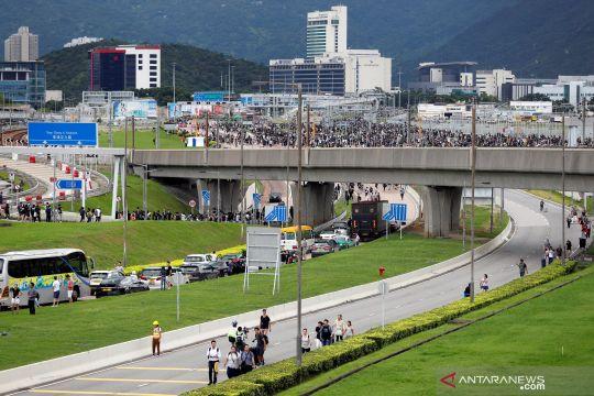 Berjalan ke bandara Hong Kong akibat aksi protes