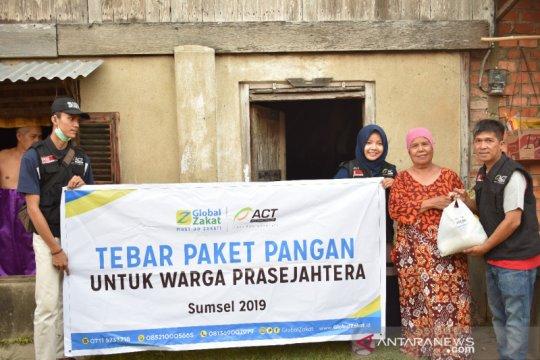 ACT Sumsel bagikan paket pangan ke warga prasejahtera Palembang