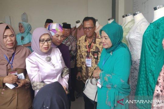 Tinjau tenun Tanah Datar, Mufidah Kalla: Nanti saya bantu pasarkan