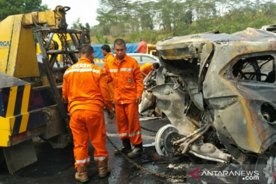 Empat korban tewas kecelakaan beruntun tak diketahui identitasnya
