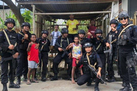 "Papua Terkini - Brimob Polda Kepri ""basembang bercerita"" dI Papua"