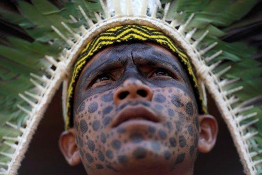 Saat api berkobar, suku asli Amazon berdoa minta perlindungan