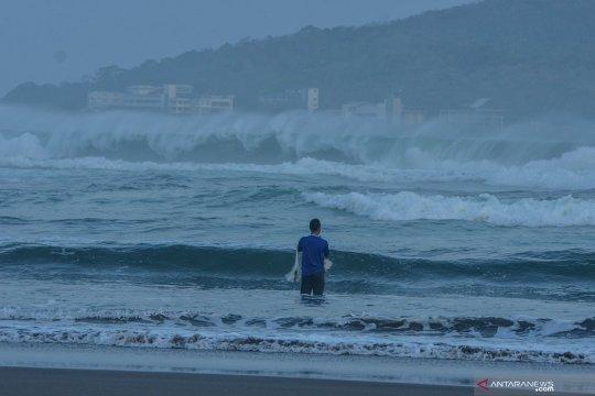 Pusat tekanan rendah di Samudra Pasifik berdampak gelombang tinggi