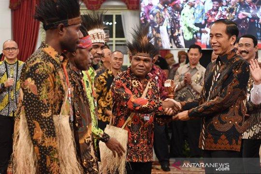 Presiden serahkan piala kepada pemenang Festival Gapura Cinta Negeri