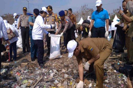 Bersih-bersih Pantai Cirebon, terkumpul 900 kilogram sampah diangkut