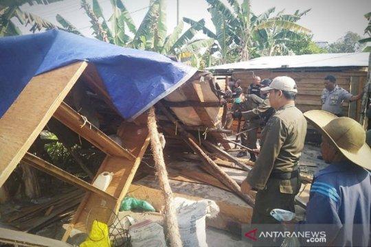 Belasan warung prostitusi terselubung dibongkar paksa di Sampit