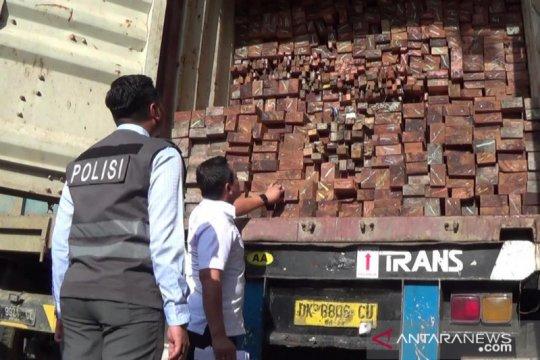 Polisi Surabaya hentikan truk diduga angkut kayu meranti selundupan