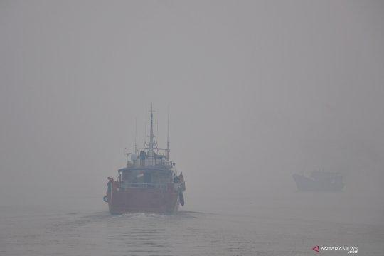 Kabut asap selimuti pelabuhan Dumai