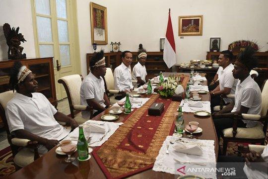 Papua Terkini - Jokowi makan siang dengan kepala suku dan pemuda Papua