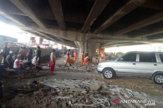 Petugas sterilkan kolong Tol Ancol guna hindari kebakaran
