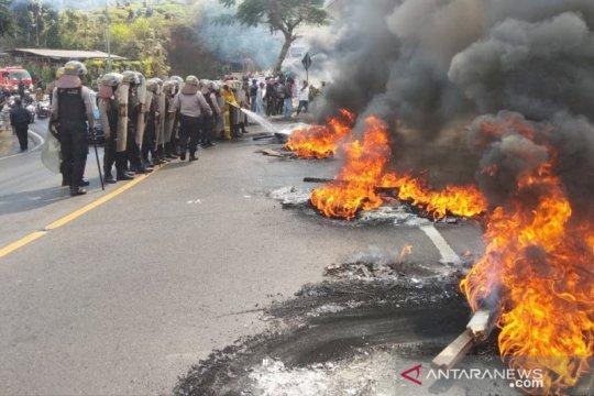 Tolak digusur, warga bakar ban di Jalur Puncak Bogor