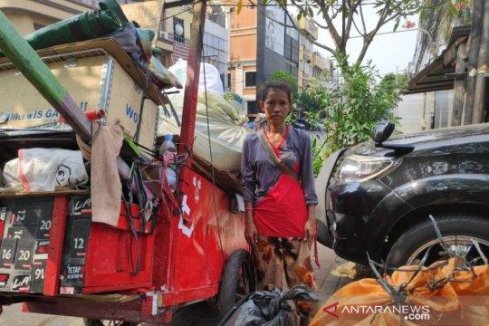 Satpol PP Mangga Besar razia gerobak pemulung