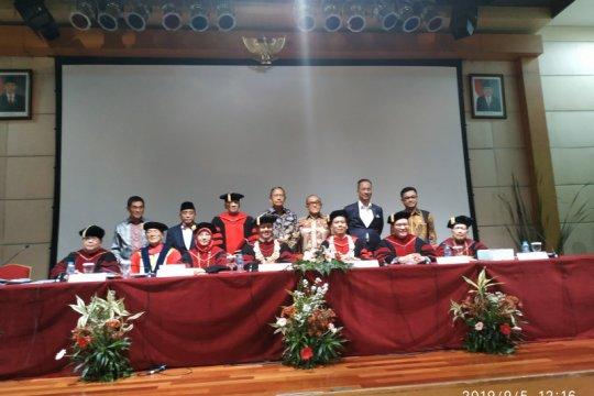 Mensos hadiri promosi doktor hukum pamannya berusia 77 tahun