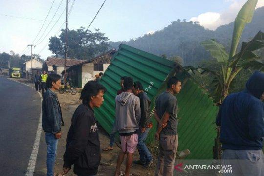 Truk kontainer tabrak rumah di Tasikmalaya, tiga orang terluka