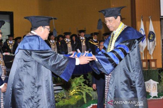 Sultan HB X menerima gelar doktor HC dari UNY