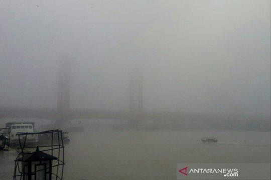 Kabut asap pekat selimuti Palembang akibatkan udara tidak sehat