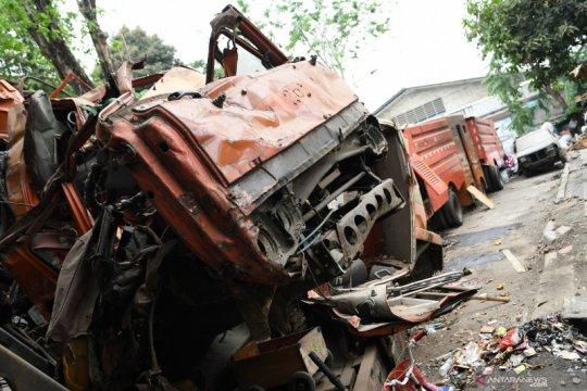 Bangkai truk sampah Suku Dinas Lingkungan Hidup