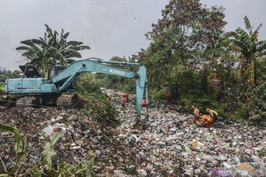 Pembersihan sampah di Kali Jambe