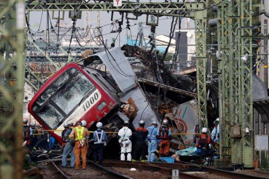Pejabat: 30 orang cedera akibat kereta tabrak truk di Yokohama