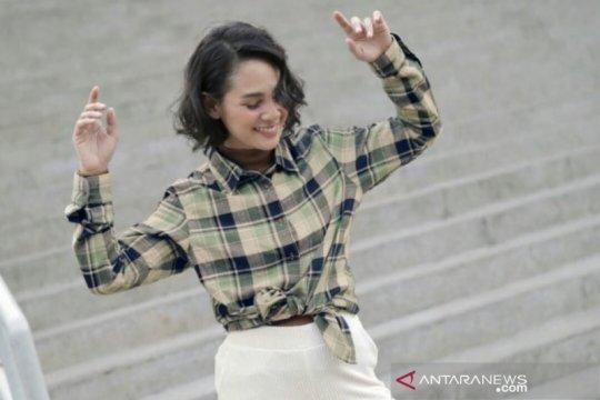 Bergaya dengan kemeja flanel ala Andien dan Asmara Abigail
