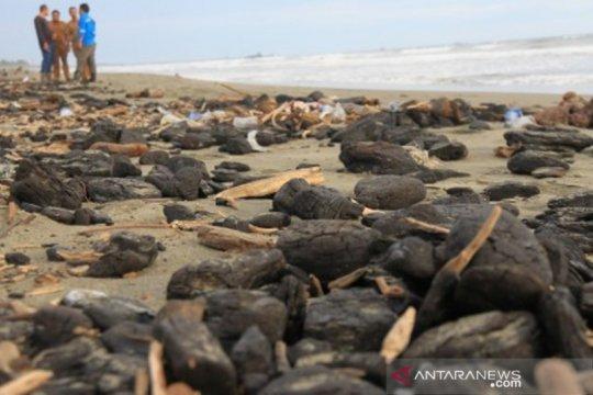 Nelayan keluhkan tumpahan batu bara di pesisir pantai Aceh Barat