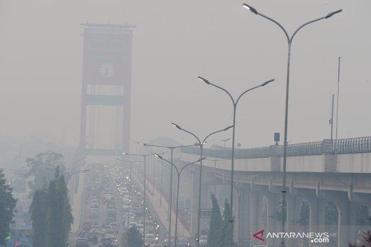 Kabut asap selimuti ikon Kota Palembang
