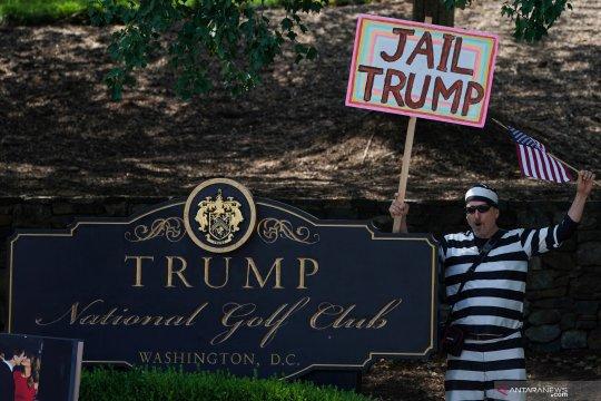 Pengunjuk rasa berdemo saat Presiden AS Donald Trump bermain golf