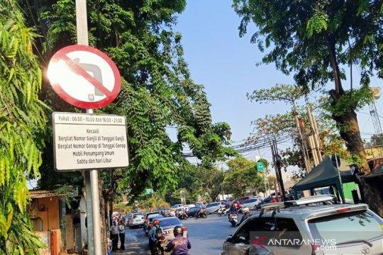 Lalin Jalan Pramuka padat saat penertiban ganjil genap