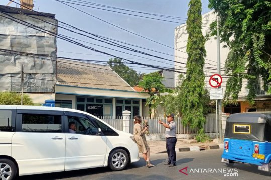 Pelanggar ganjil genap cekcok mulut dengan petugas di Pramuka