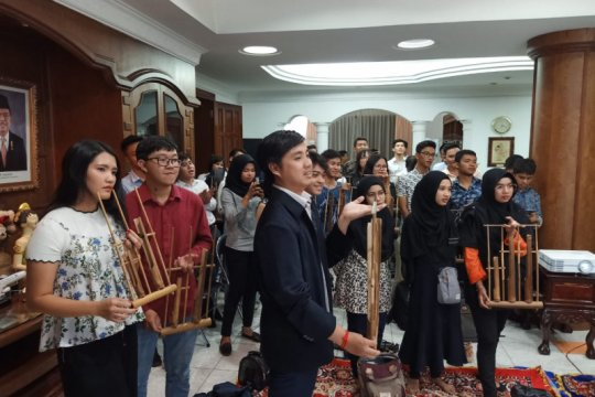 Muda-mudi Kamboja nobar film Indonesia