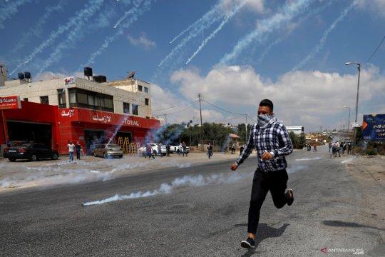Aksi protes warga Palestina dibalas tembakan gas air mata oleh pasukan Israel