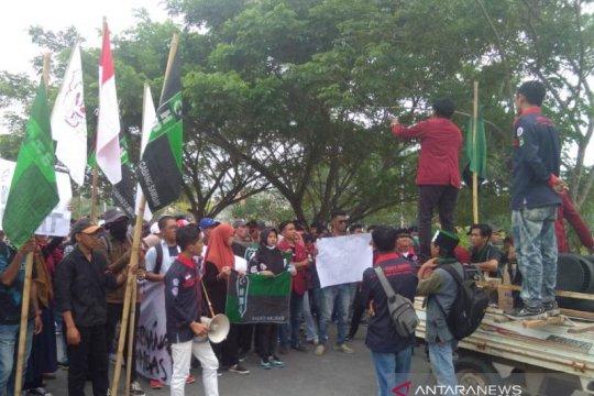 Demo mahasiswa warnai prosesi pelantikan anggota DPRD Sambas