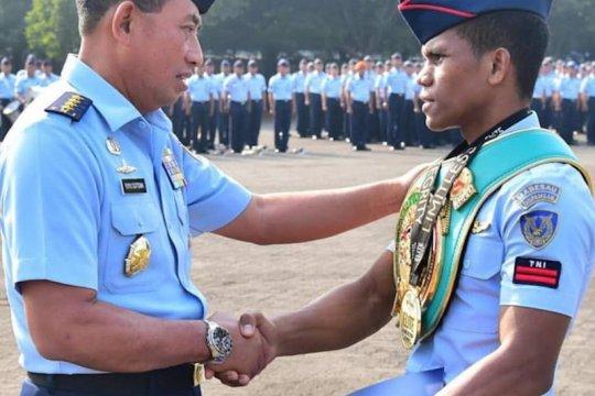 Kepala staf TNI AU beri penghargaan kepada Pratu Ongen Saknosiwi