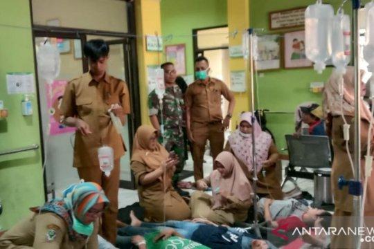 Seratusan buruh pabrik di Sukabumi mengalami keracunan makanan