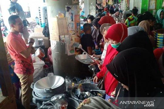 Warga Parepare padati pasar belanja peralatan dapur di 10 Muharram