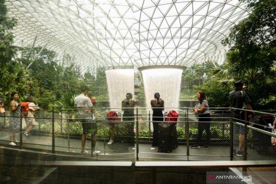 Singapura cabut sebagian besar aturan pembatasan mulai Jumat