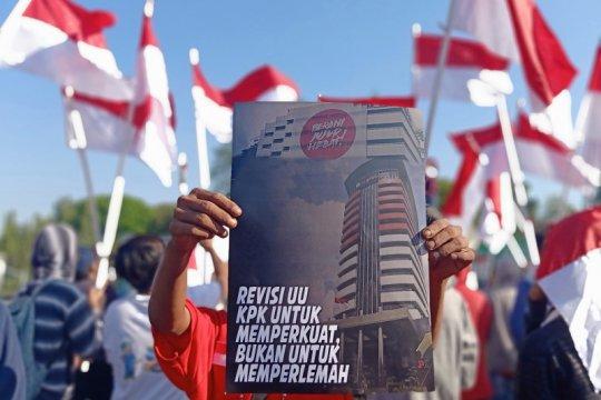 Puluhan mahasiswa kibarkan Merah Putih dukung revisi UU KPK
