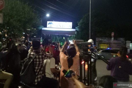 BJ Habibie wafat, masyarakat sibuk abadikan ambulans pengantar Habibie